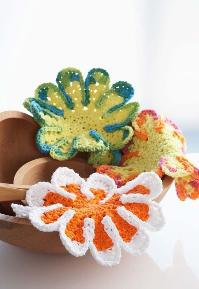 Flores de crochê no descanso de panela