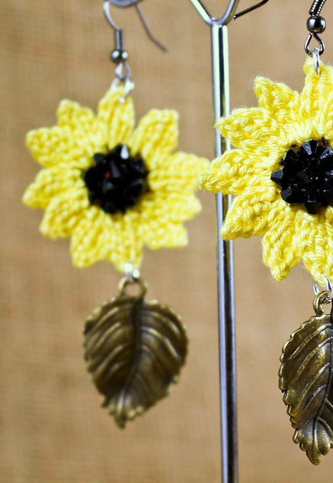 flor de crochê amarela com botão de miçangas