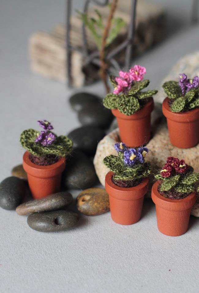 Flores de crochê em vasinhos