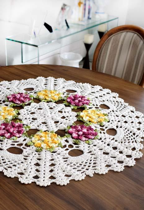 Centro de mesa com flores de crochê embutidas