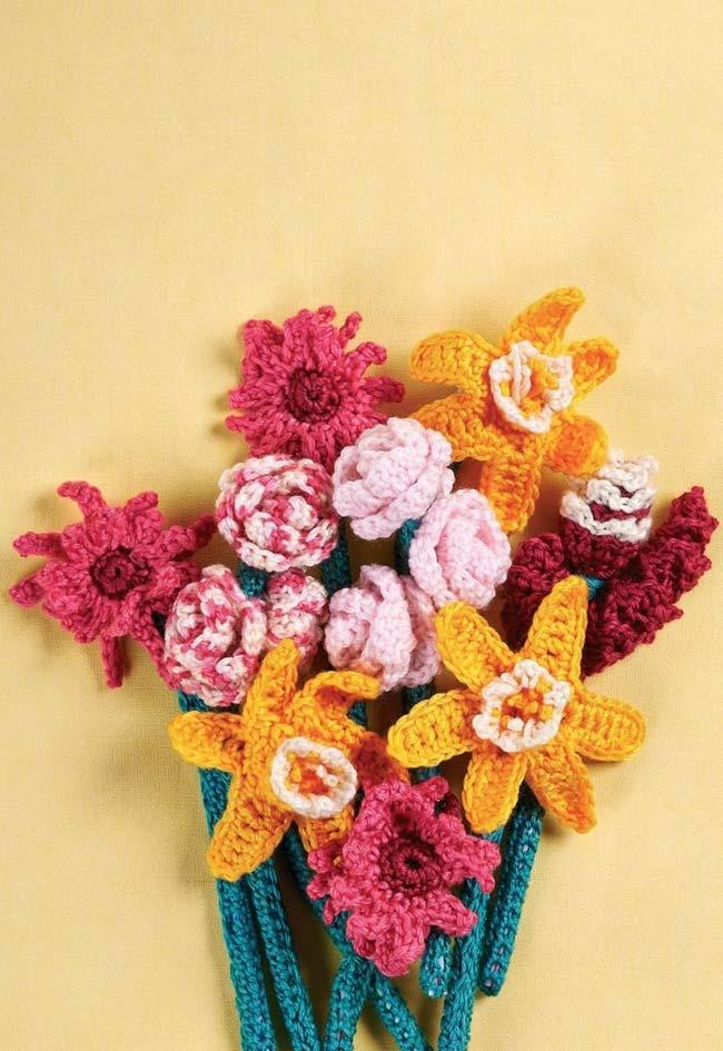 Um jardim com todos os tipos de flores de crochê