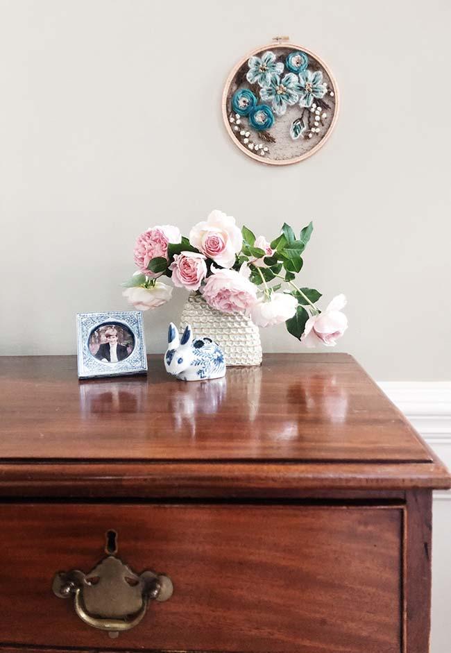 Vaso de rosas com flores de crochê