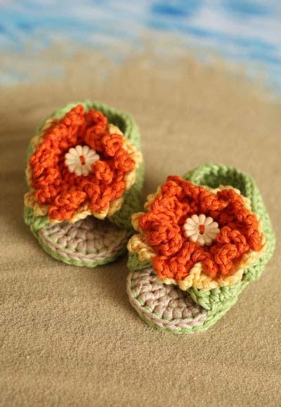 Sapatinhos de bebê com flor de crochê