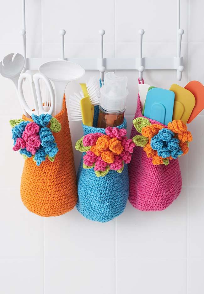 Sacos de crochê para armazenar os seus instrumentos culinários com muitas flores para alegrar a sua cozinha