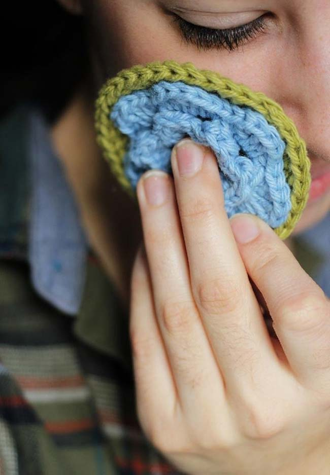Discos de crochê com decoração de flores