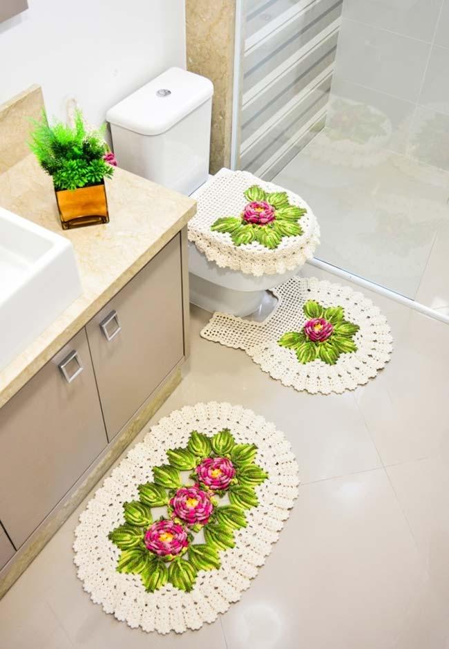 Jogo de banheiro decorado com flores de crochê mescladas