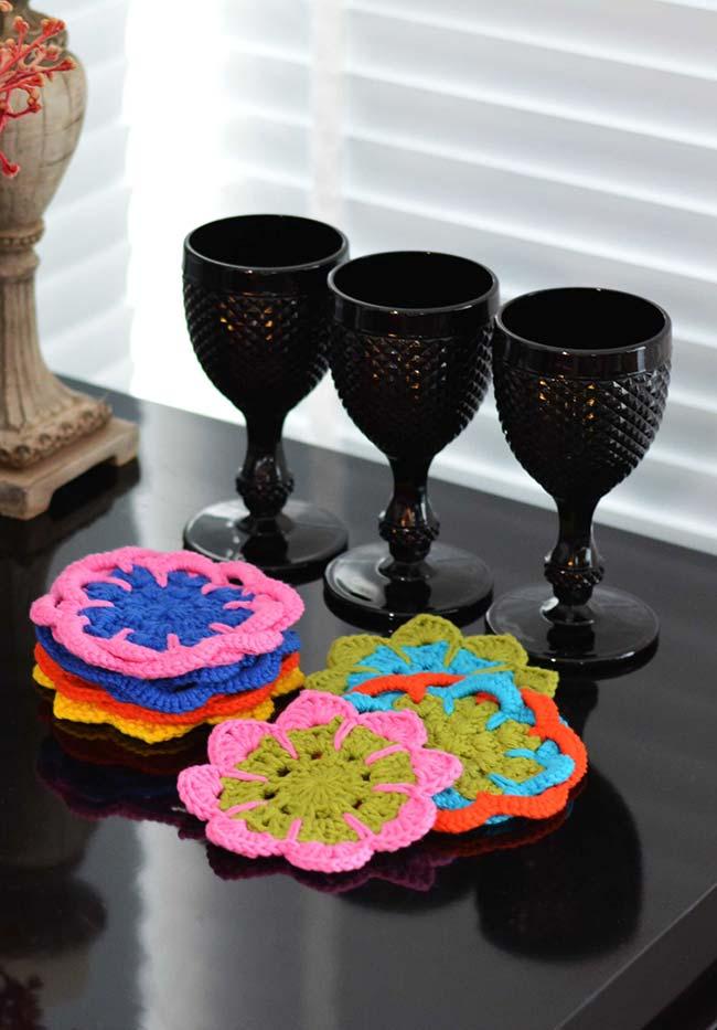 Mais uma ideia de porta-copos multicoloridos com flores de crochê