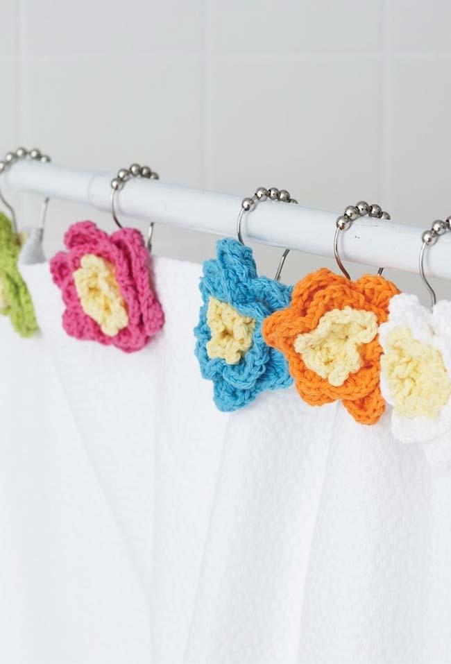 Flores de crochê coloridas para cortina