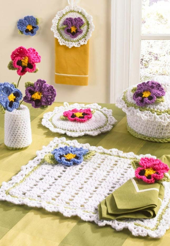 Mais uma ideia de jogo de cozinha todo adornado com flores de crochê coloridas
