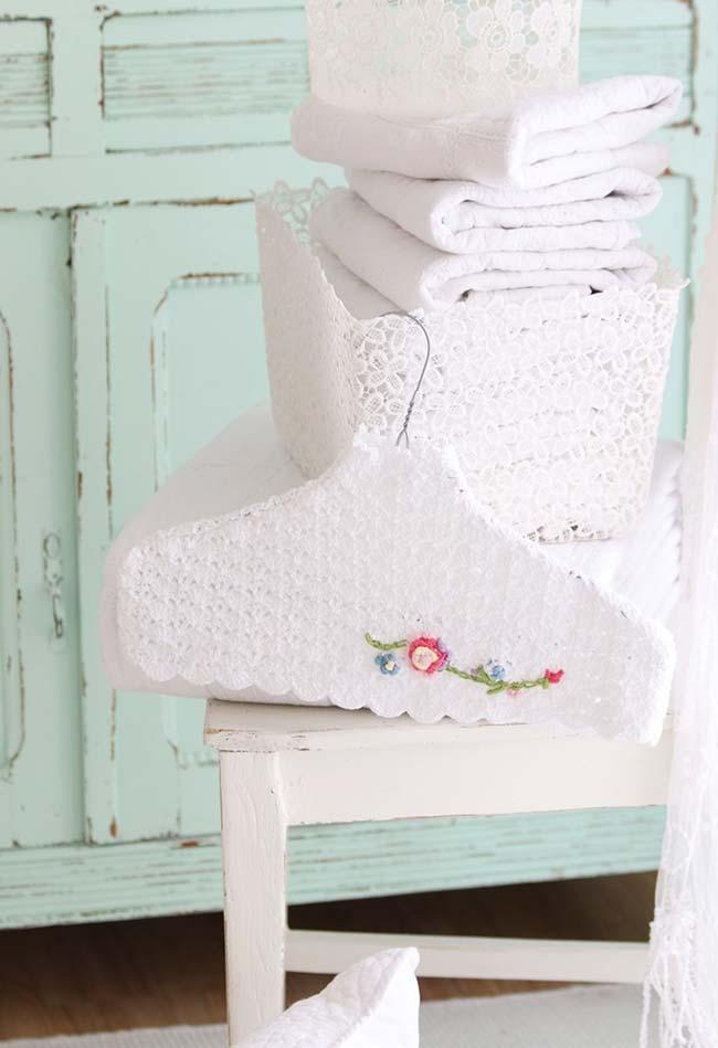 Um toque de sutileza artesanal no cabide com flor de crochê