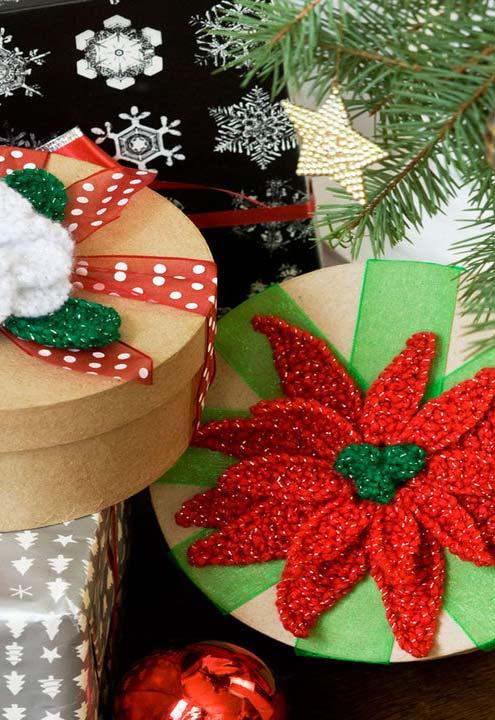 Flores de crochê como o toque final no seu embrulho de Natal