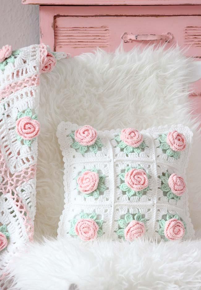 Flores de crochê enrolada nestas almofadas super delicadas