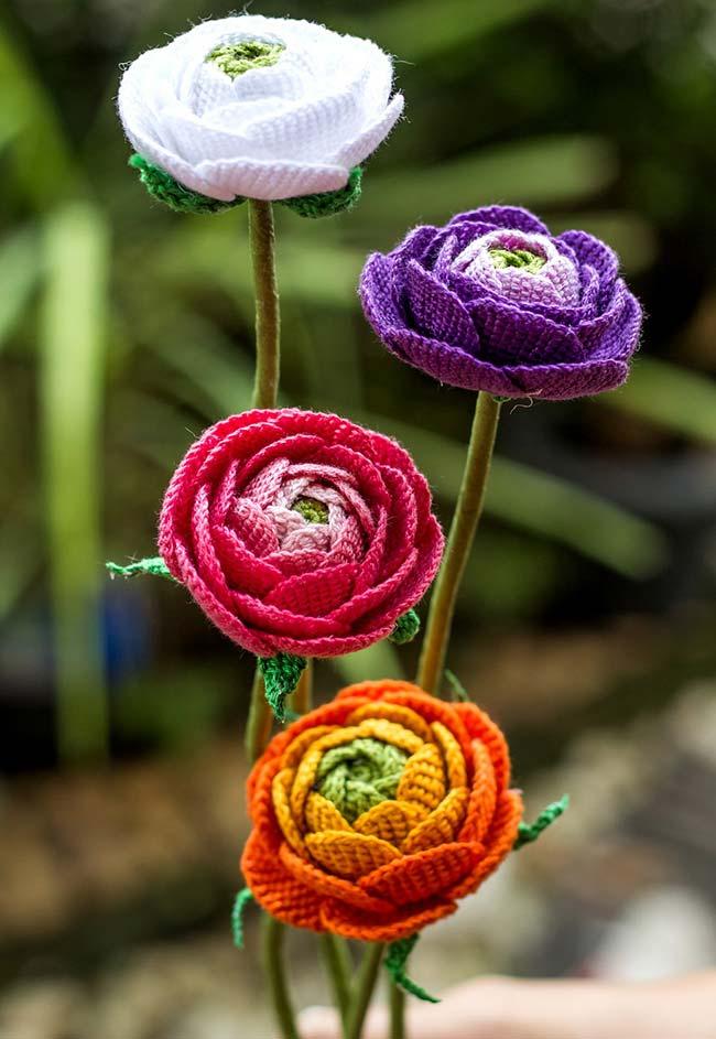 Botões de flores de crochê se abrindo