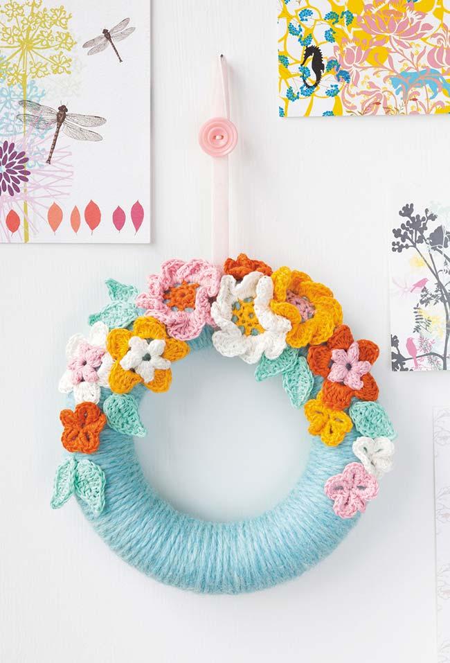 Guirlanda com flores de crochê