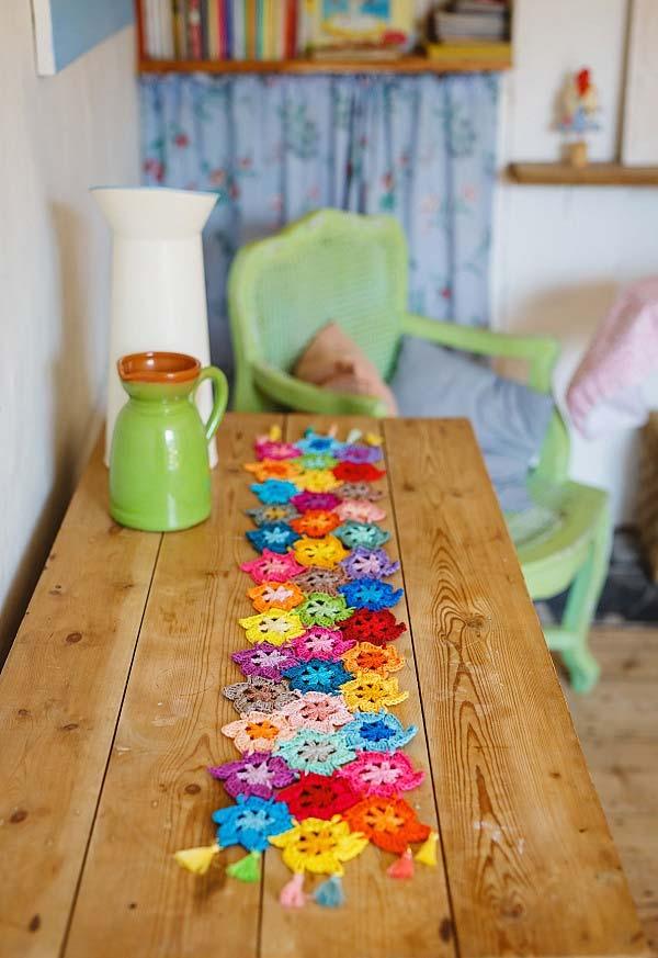 Caminho de mesa floral de crochê