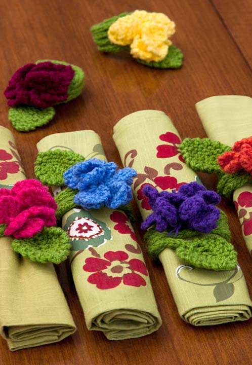 Rosas-anéis de guardanapo de tecido com flor em crochê