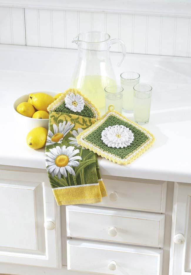 Flores de crochê compondo com o pano de prato estampado de margaridas