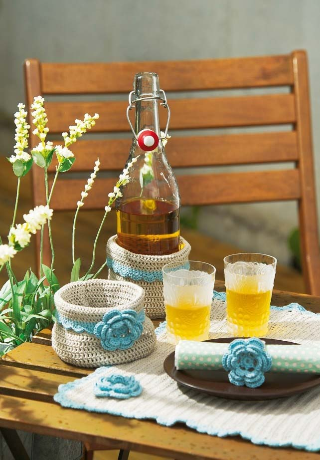 Flores cheias de camadas em crochê adornando esse conjunto de cozinha também