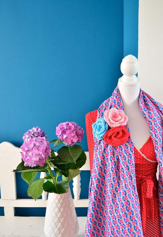Flores de crochê enroladas em um broche fantástico e super colorido para usar