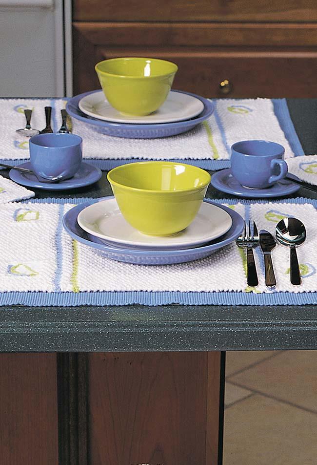 Combinação em azul, verde e branco na mesa com jogo americano de crochê