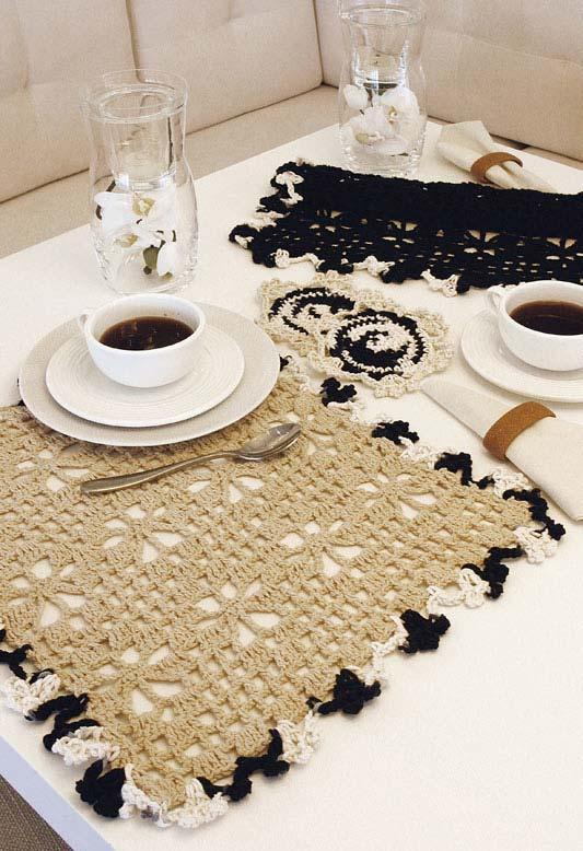 jogo americano de crochê bege com borda mesclada de preto e branco
