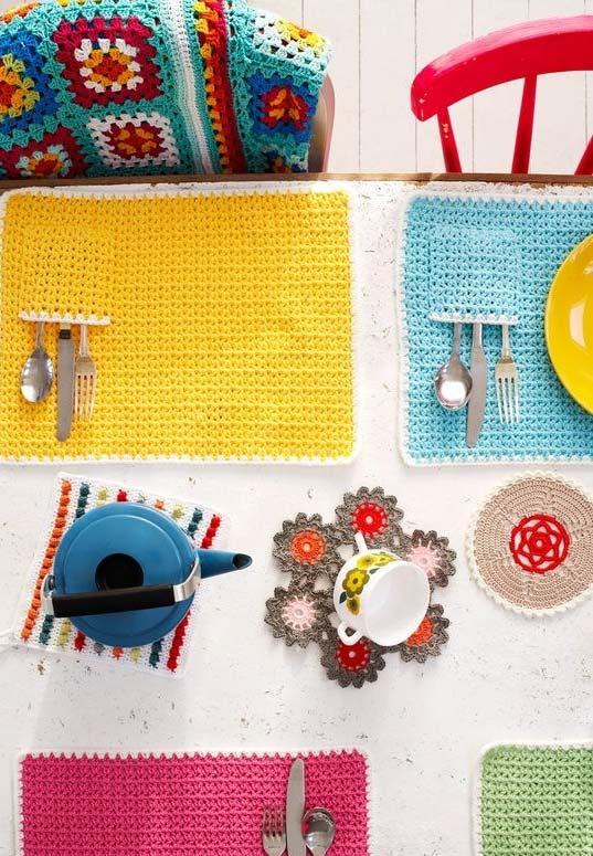 jogo americano de crochê com cores vibrantes