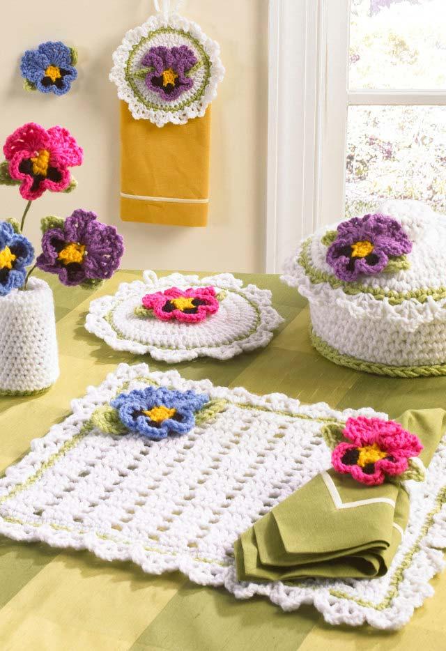 jogo americano de crochê com aplicação de flores coloridas