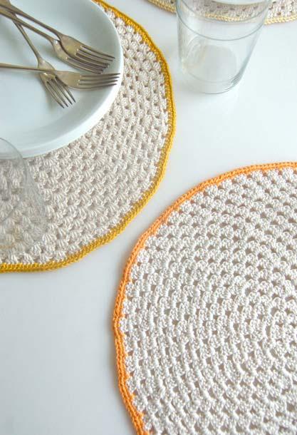 Jogo americano de crochê redondo branco com borda colorida