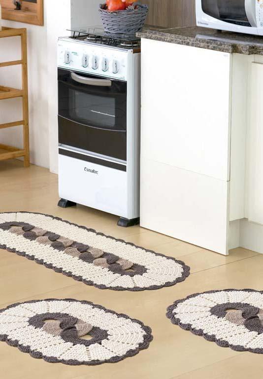 Mais uma ideia de jogo de cozinha de crochê com tapetes e passadeiras