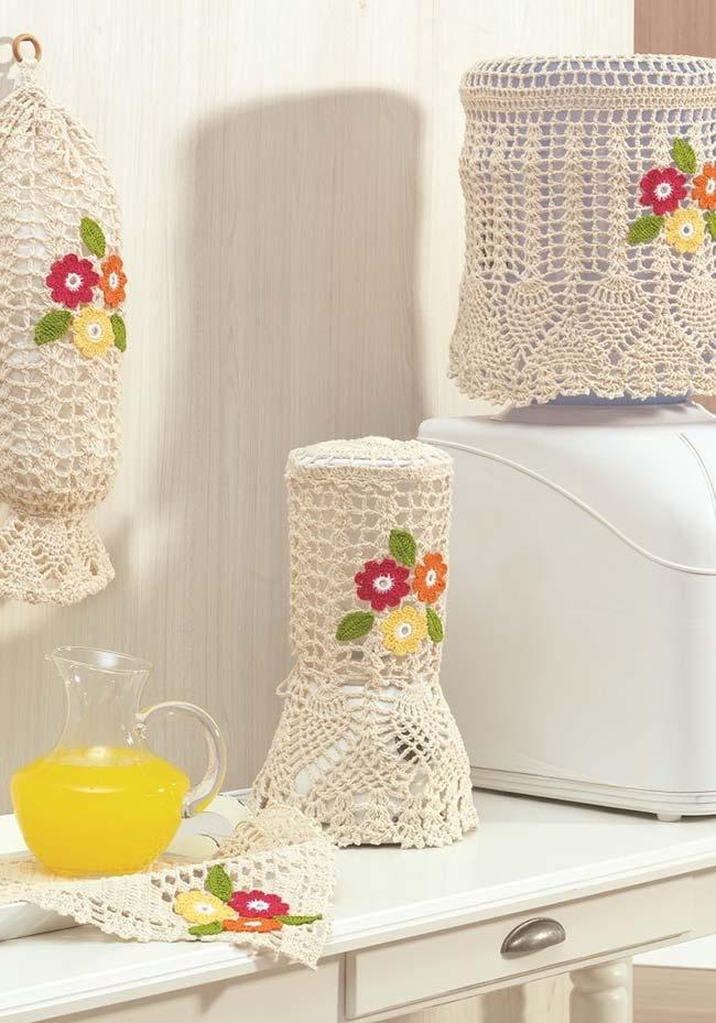 Jogo de cozinha de crochê em barbante cru e aplicação de flores simples