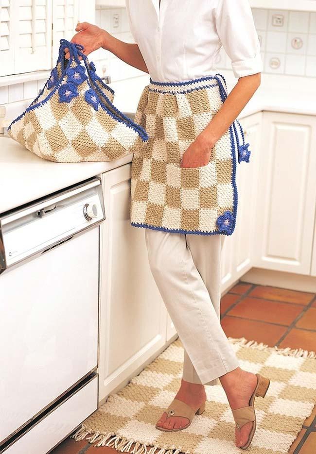 Avental, sacola e tapete em um jogo de cozinha de crochê quadriculado