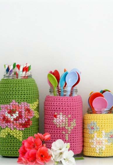 Outra ideia de decoração de potes de vidro com capinhas super coloridas de crochê