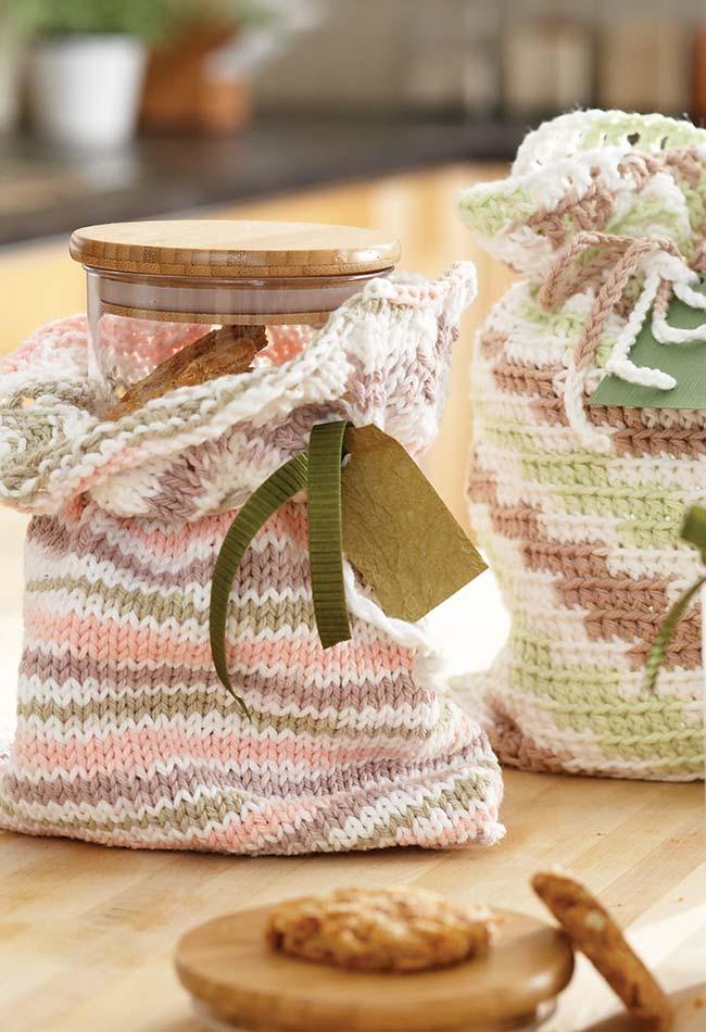 Outra forma de criar proteções de crochê para seus potes é fazer formas de saquinhos como estes