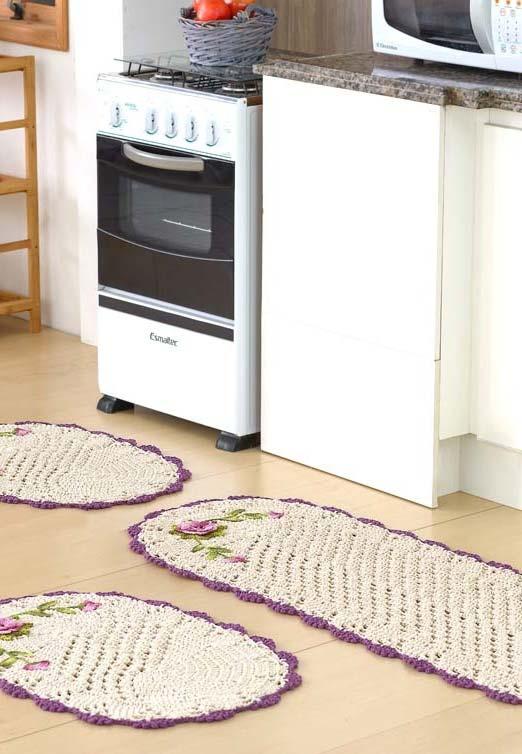 Jogo de cozinha de crochê: trio de tapetes com detalhe de borda e aplicação de flores roxinhas