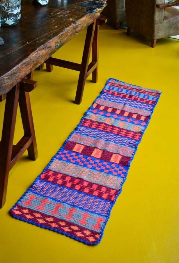 Passadeira de crochê em listras padronizadas com cores vibrantes