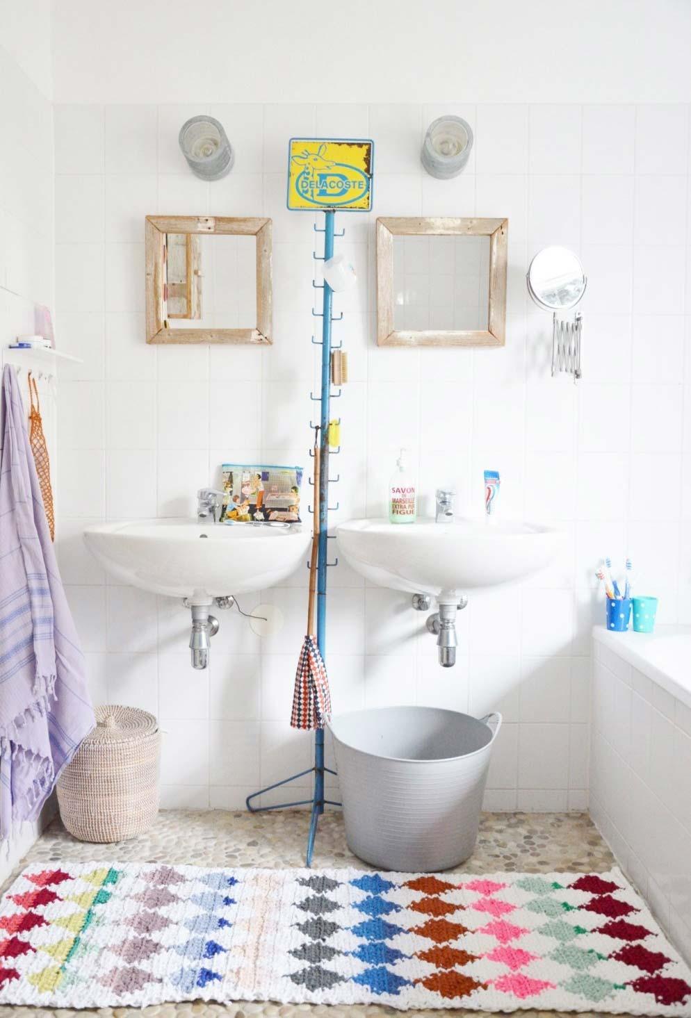 uma passadeira de crochê faz a função tripla para as duas pias e a banheira