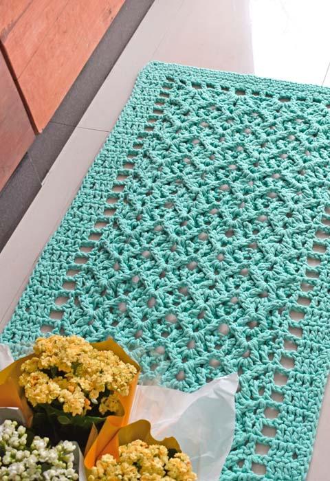 Passadeira de crochê em um azul piscina