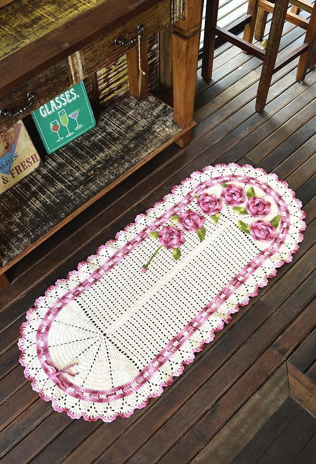 Passadeira de crochê oval e com muitas flores aplicadas