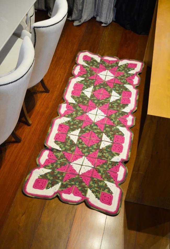 Passadeira de crochê com flores triangulares