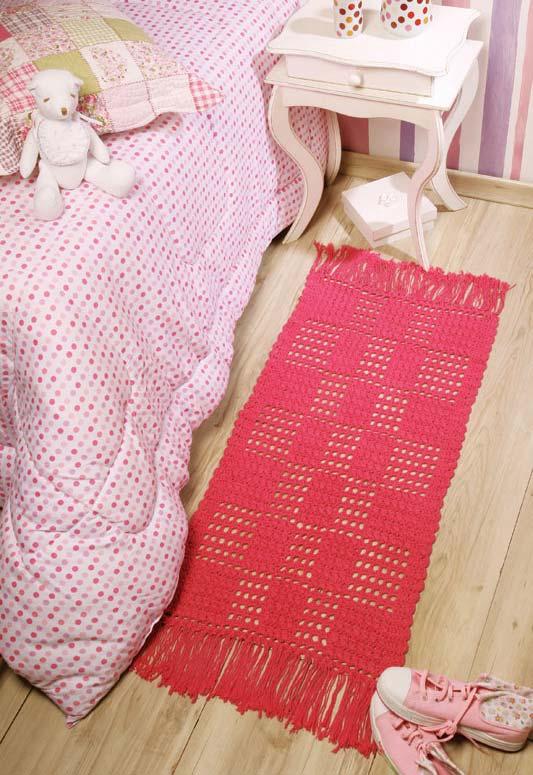 Passadeira de crochê vermelha cheia de franjas