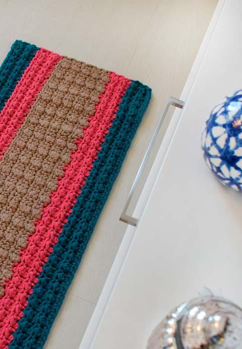Passadeira de crochê com simetria nas listras coloridas