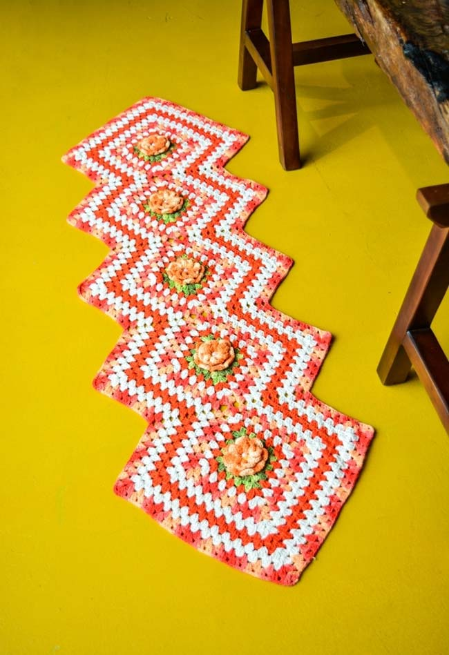 Passadeira de crochê seta com flores e listras