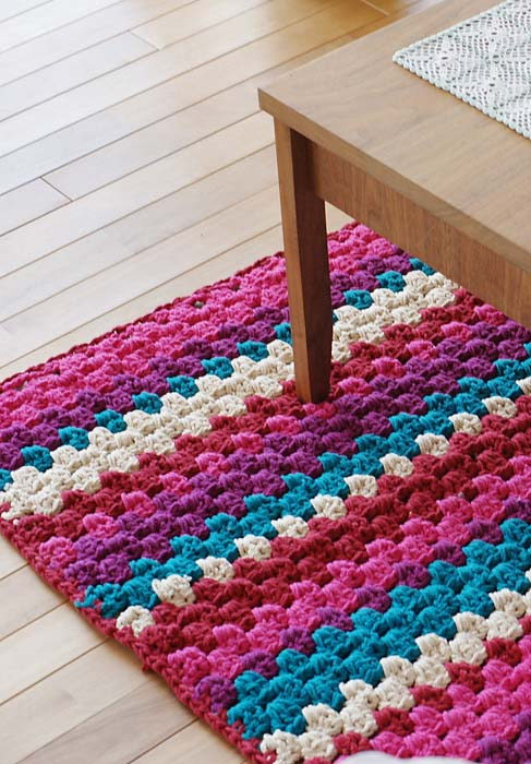 Aposte nas cores vibrantes para levantarem o astral da sua sala numa passadeira de crochê incrível