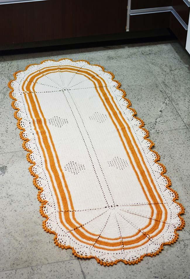 Passadeira de crochê branca com detalhes em amarelo mostarda