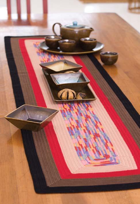 Passadeira de crochê com faixas de cores terrosas na mesa