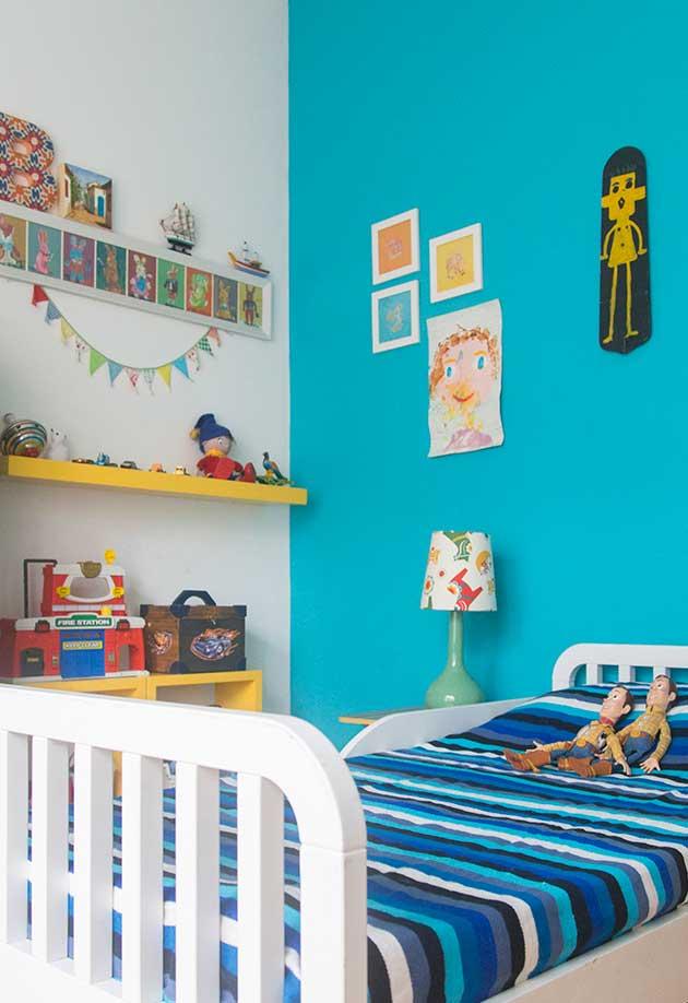 Já num estilo de brincadeira de faz de conta, esse quarto ganha muitas cores vibrantes e espaço para criatividade com direito até a desenhos pendurados na parede
