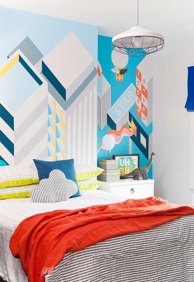 Um papel de parede alegre pode mudar a vista do ambiente: neste quarto de menino que mistura cores vibrantes com a neutralidade do branco, o papel de parede é o grande destaque