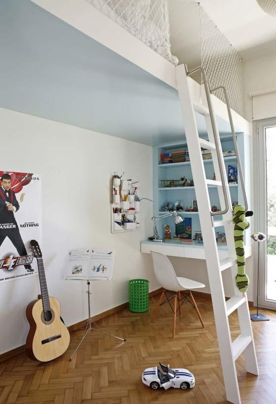 Outra ideia de quarto com cama suspensa e espaço livre para se divertir