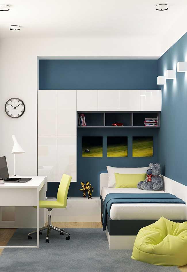 Azul, verde e branco em um quarto de menino planejado e mais sóbrio