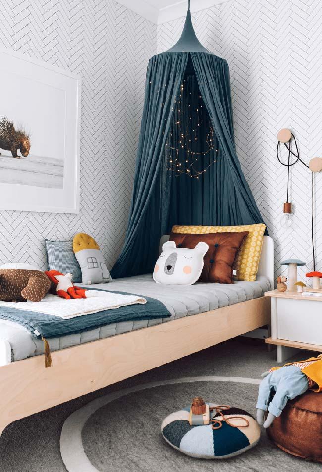 Almofadas fofinhas e até um mosqueteiro escuro neste quarto de menino vindo dos contos de fadas!